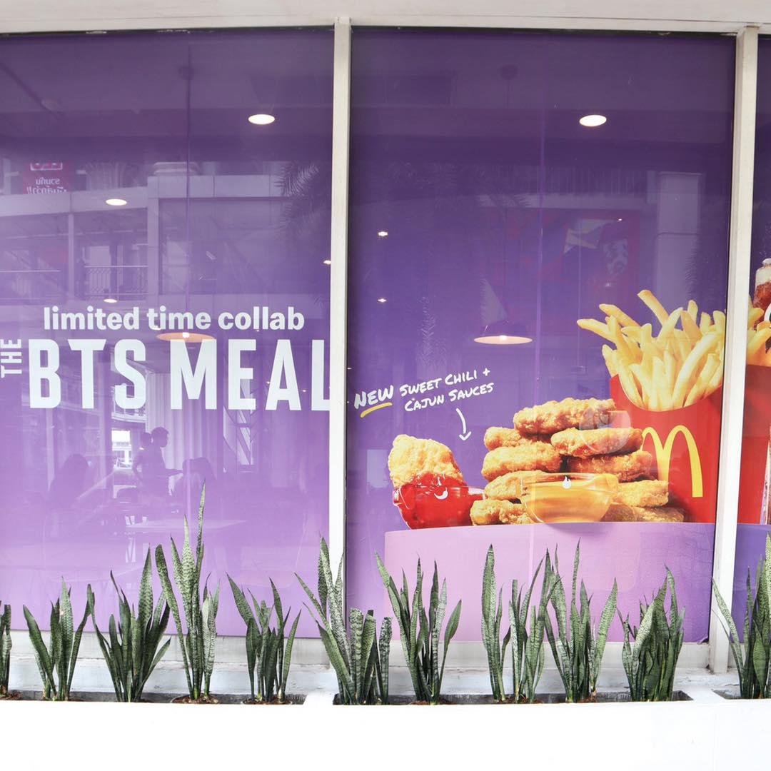 อาร์มี่เตรียมตัวก่อนซื้อเซต The BTS Meal สาขาไทยมาแล้วแต่งร้านสวยพร้อมเช็คอิน